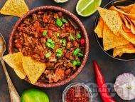 Рецепта Чили кон карне с свинска и телешка кайма, бял или червен боб от консерва и доматен сос
